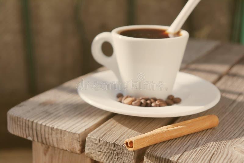 Doftande kaffe i morgonsolen royaltyfri bild
