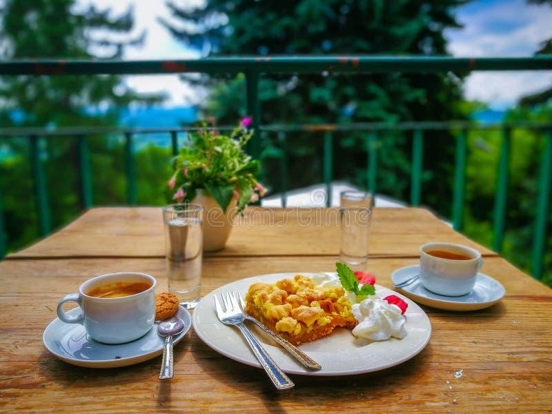 Doftande kaffe och strudel för frukost i Lanckorona, Polen royaltyfria bilder