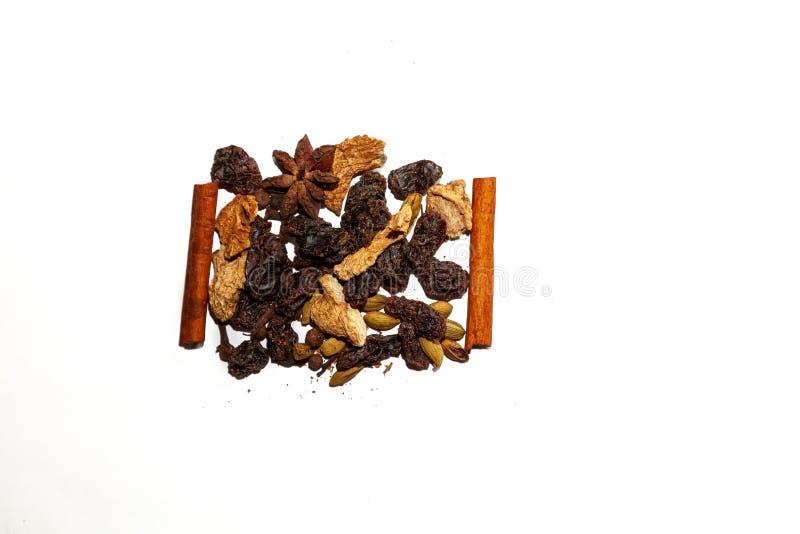 Doftande kryddor för framställning av den varma vinterdrinken - funderat vin: kanelbruna pinnar, anisstjärnor, kryddiga ingredien arkivfoto