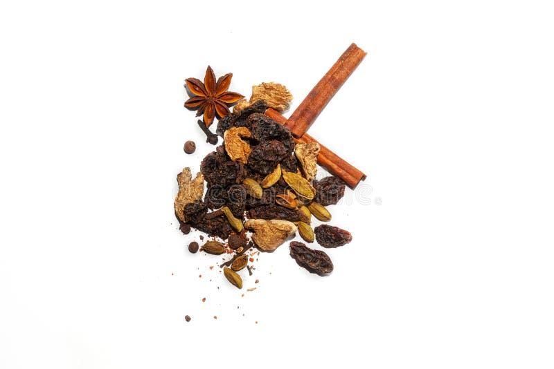 Doftande kryddor för framställning av den varma vinterdrinken - funderat vin: kanelbruna pinnar, anisstjärnor, kryddiga ingredien royaltyfria bilder