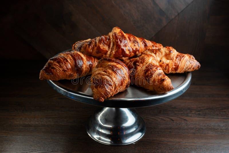 Doftande nya smakliga giffel på ett elegant metallmagasin på tabellen i restaurangen Underbar morgonfrukostnärbild royaltyfria foton