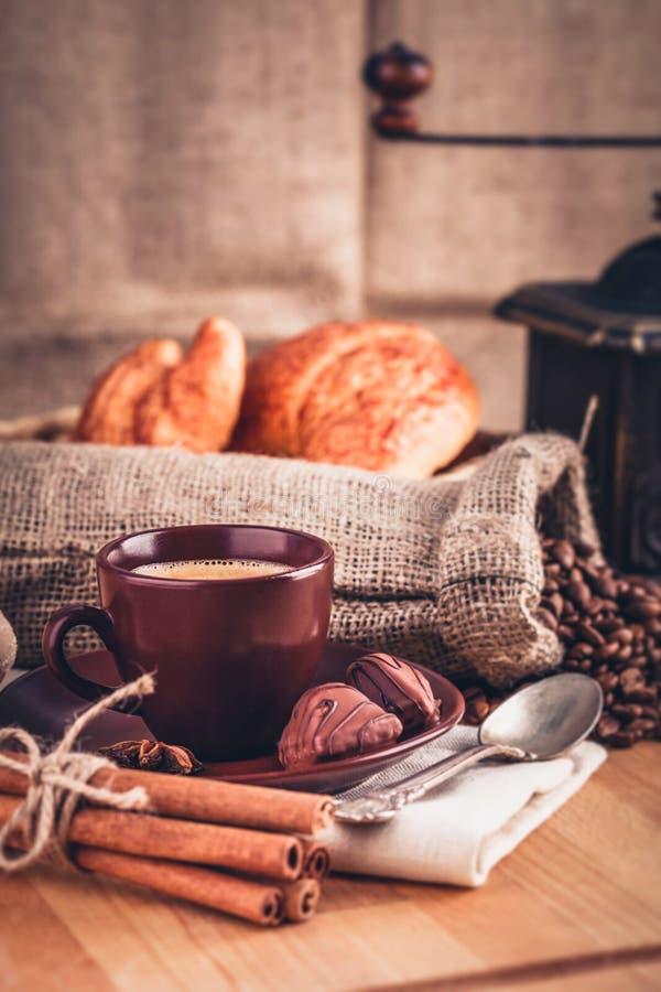 Doftande varmt kaffe för kopp med bönachoklad arkivfoto