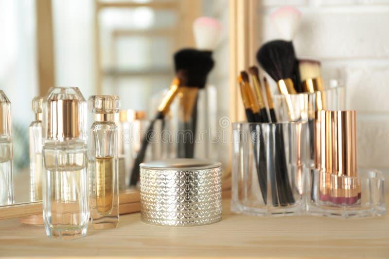 Dofter och makeupprodukter på dressing fotografering för bildbyråer