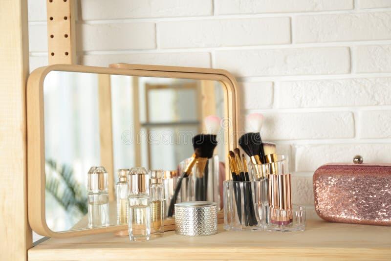 Dofter och makeupprodukter på tabellen arkivbilder