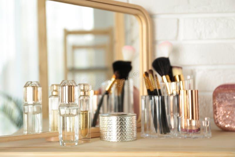 Dofter och makeupprodukter på tabellen royaltyfri fotografi