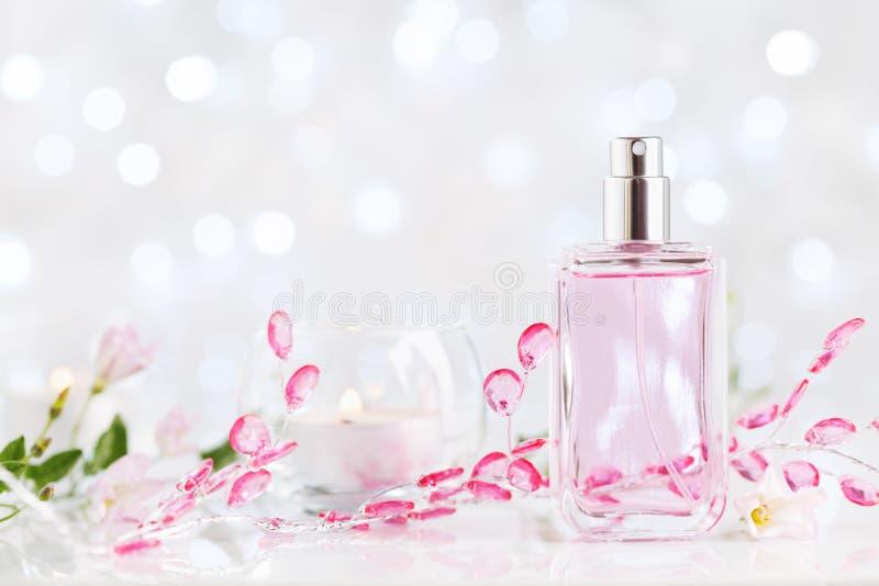 Doftflaska med doft för ny blomma Skönhet- och parfymeriaffärbakgrund arkivfoto