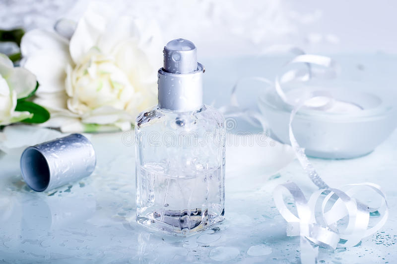 Doftflaskor med vattenbackgraund arkivfoton