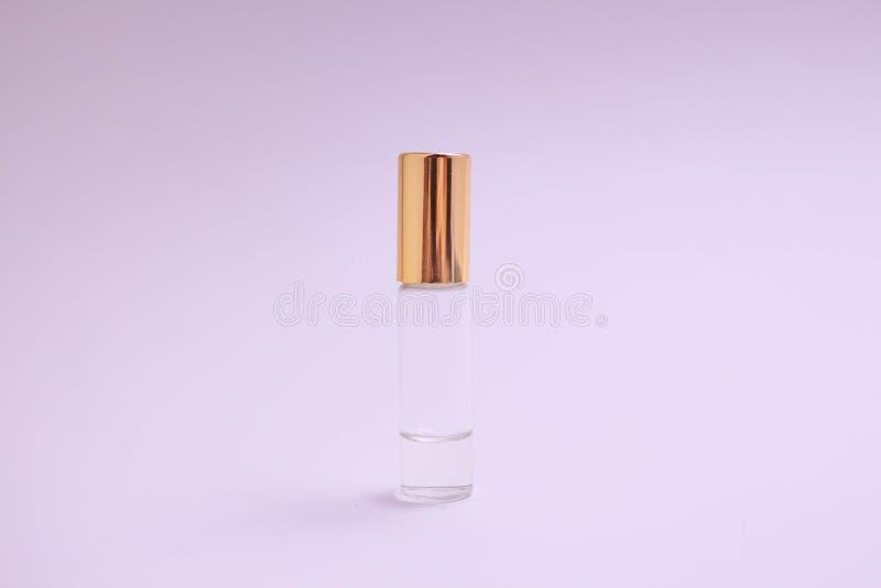 Dofttester Liten doftglasflaska med det guld- locket Utrymmetext Begreppet av minimalism Modell arkivfoton