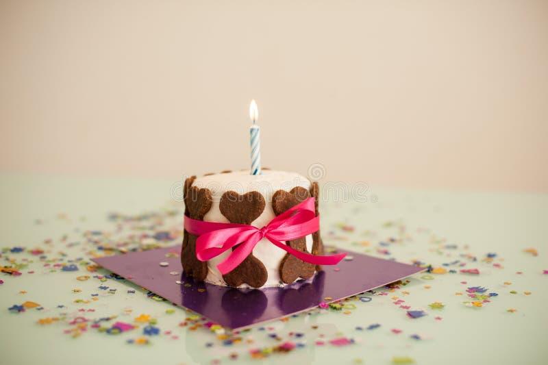 Dog födelsedagkakan med benkakor, bandet, stearinljus arkivfoto