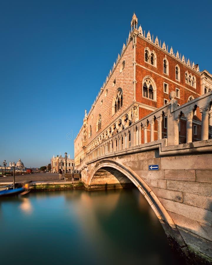 Doge-Palast belichtet durch aufgehende Sonne bei Sonnenaufgang, Venedig Italien stockfotos