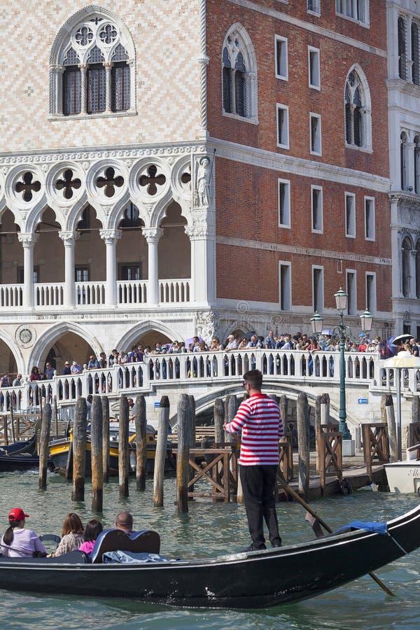 Doge ` s Palast und Ponte-della Paglia mit venetianischem Gondolieren auf der Gondel, Venedig, Italien lizenzfreies stockfoto
