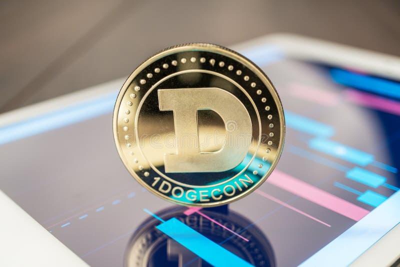 Dogecoin-cryptocurrency auf der Tablette lizenzfreie stockbilder
