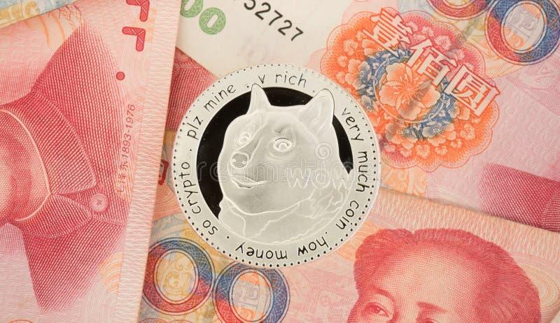 Dogecoin moneta na chińczyka Juan rachunkach - crypto waluta w porcelanie c zdjęcia royalty free