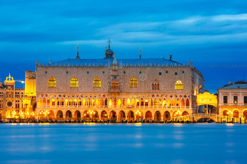 Doges παλάτι και dei Sospiri, νύχτα, Βενετία Ponte στοκ εικόνα