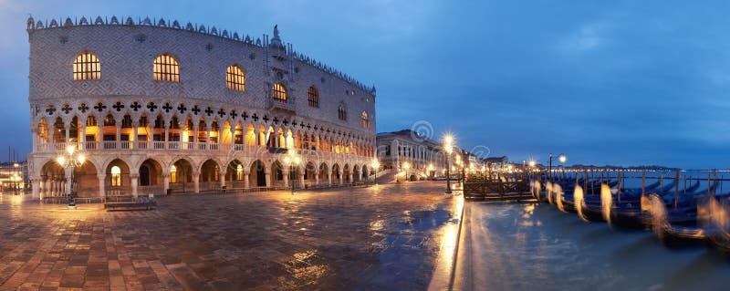 Dogeslott och gondoler på en regnig natt i Venedig, panorama- v fotografering för bildbyråer