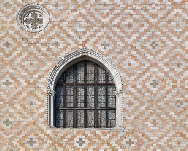 Download Dogeslottfönster fotografering för bildbyråer. Bild av venice - 76702961