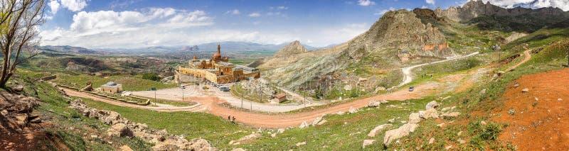 Dogubeyazit, Turquía - 24 de mayo de 2017 Panorama del palacio Ishak Pasha cerca a la montaña de Ararat foto de archivo libre de regalías