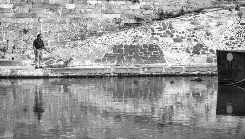 Dogwalk langs Navigli, de stad van Milaan De Zwart-witte foto van Peking, China royalty-vrije stock foto