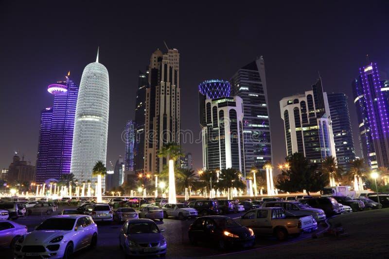 Doha céntrico en la noche. Qatar imagenes de archivo