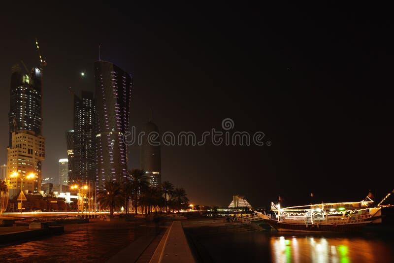 Doha corniche en torens bij nacht royalty-vrije stock foto's