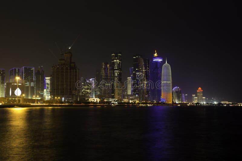 Doha góruje przy nocą zdjęcia stock