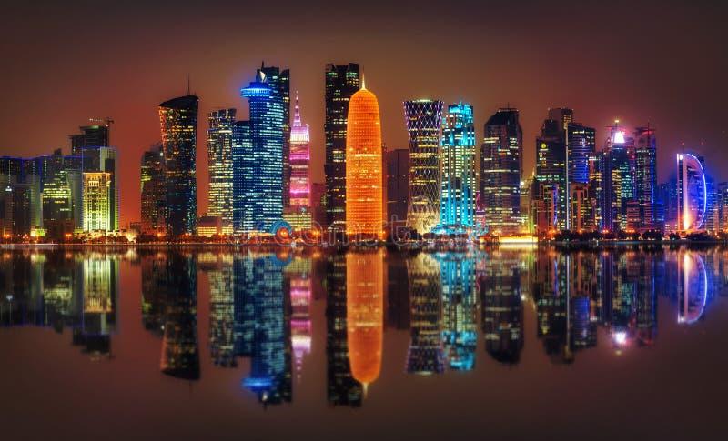 Doha horisont på natten, Qatar royaltyfri foto