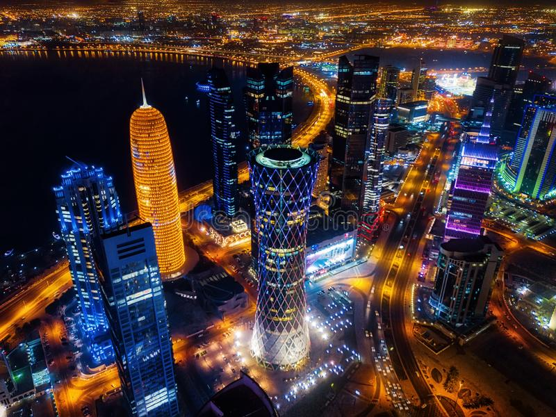 Doha horisont på natten, Qatar arkivbild