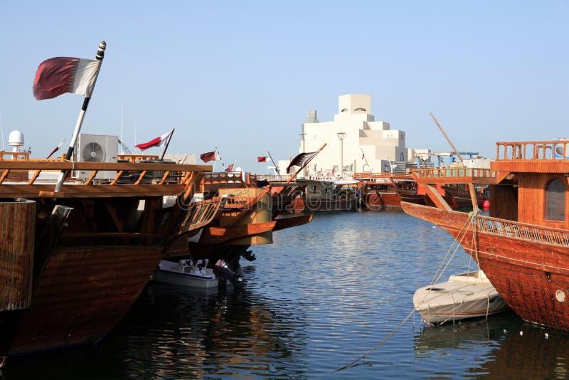 Doha-islamisches Museum hinter Dhows stockbilder