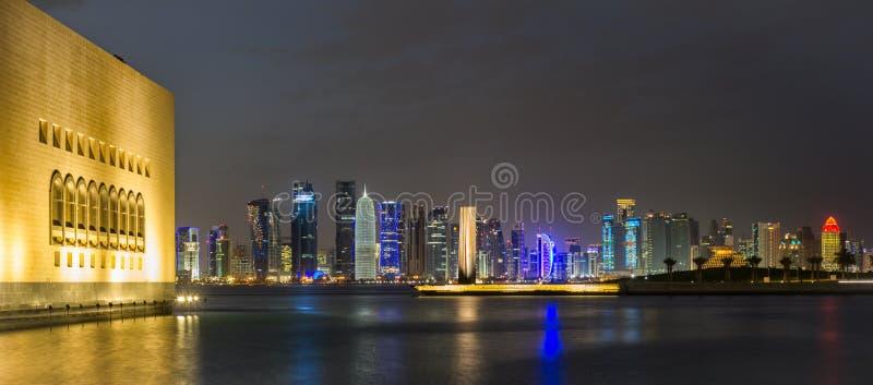 Doha Katarska linia horyzontu przy nocą fotografia royalty free