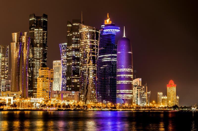 Doha, Katarska linia horyzontu przy nocą fotografia stock