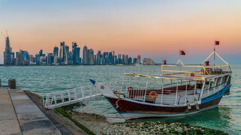 Doha Katarski linia horyzontu z tradycyjnymi Qatari Dhow ?odziami w schronieniu obraz royalty free