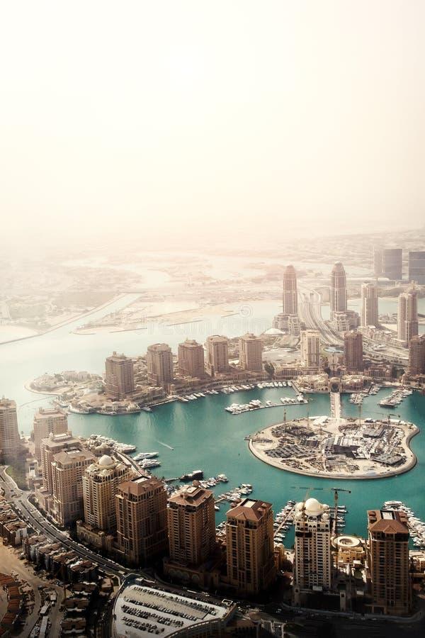 Doha, la capitale de l'État du Qatar Vue de l'avion photographie stock
