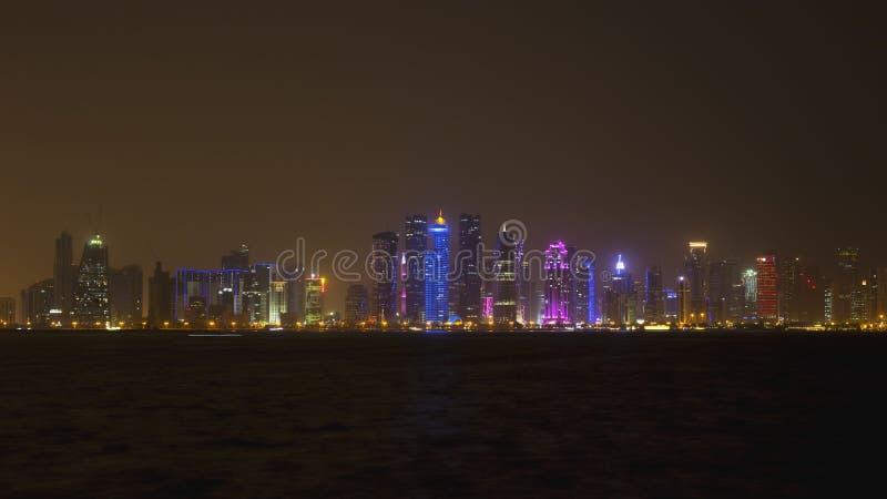 Doha linia horyzontu przy nocą, Katar, Środkowy Wschód obrazy royalty free