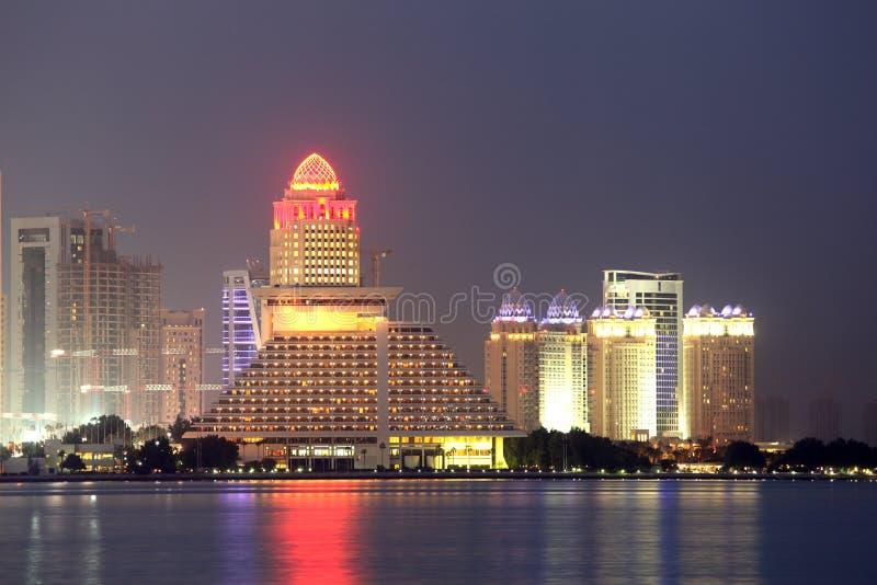Doha linia horyzontu przy nocą. Katar obrazy stock