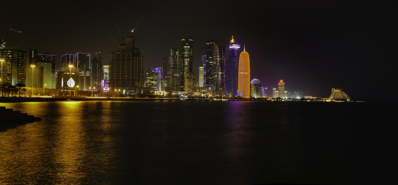Doha miasto iluminujący przy nocą fotografia royalty free