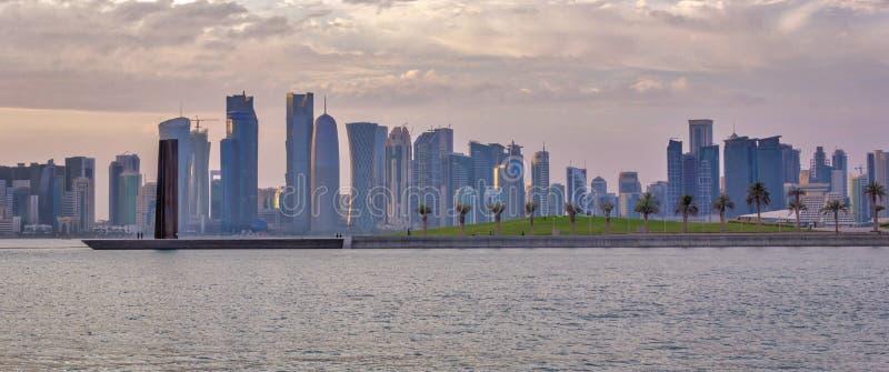 Doha, orizzonte del Qatar nella luce del giorno fotografia stock
