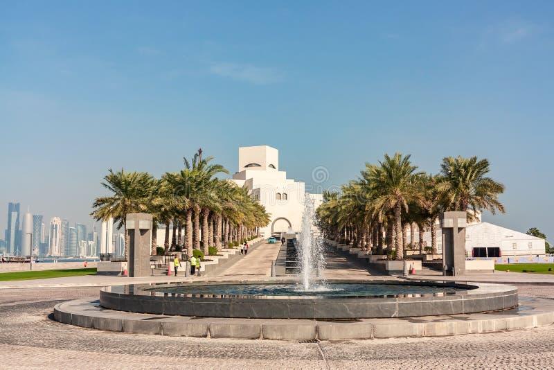 Doha, Qatar - December 20, 2018: fontein en palmsteeg voor het Museum van Islamitisch stock foto's