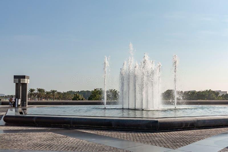 Doha, Qatar - December 20, 2018: Vierkant met een fontein voor het Museum van Islamitisch Art. royalty-vrije stock afbeelding