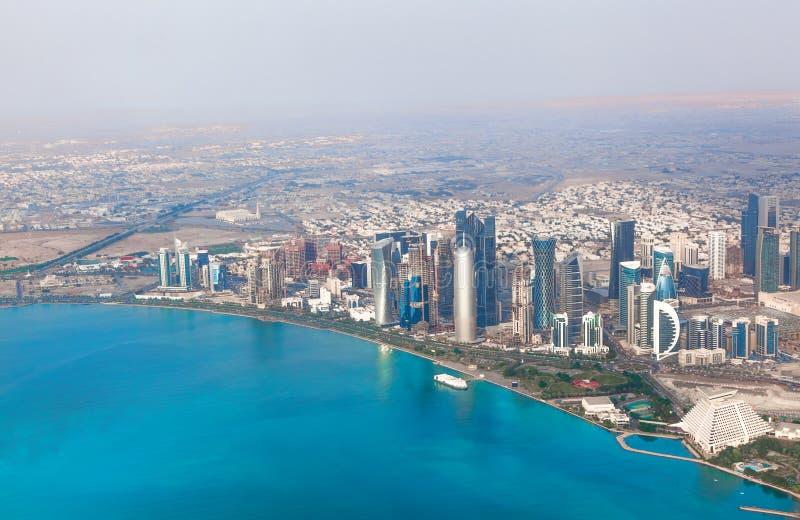 Doha Qatar. Fågelperspektiv på den moderna staden royaltyfri foto