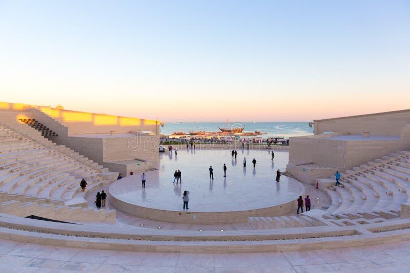 Doha, Qatar - 9 janvier 2018 - gens du pays et résidents appréciant un terrain découvert dans une fin de l'après-midi dans Doha,  photos stock
