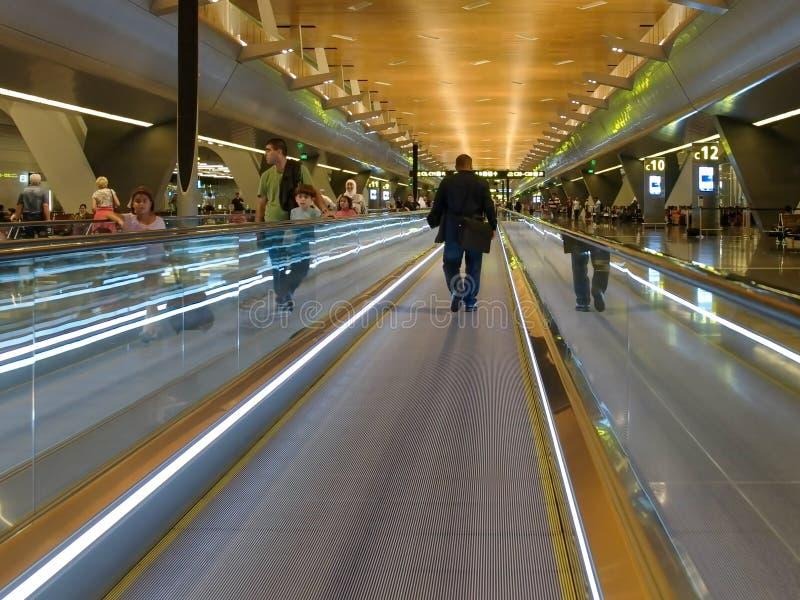 DOHA, QATAR SEPTEMBRE, 27, 2016 : voyageurs à l'aide d'un passage couvert mobile dans l'aéroport international de hamad à Doha photos libres de droits