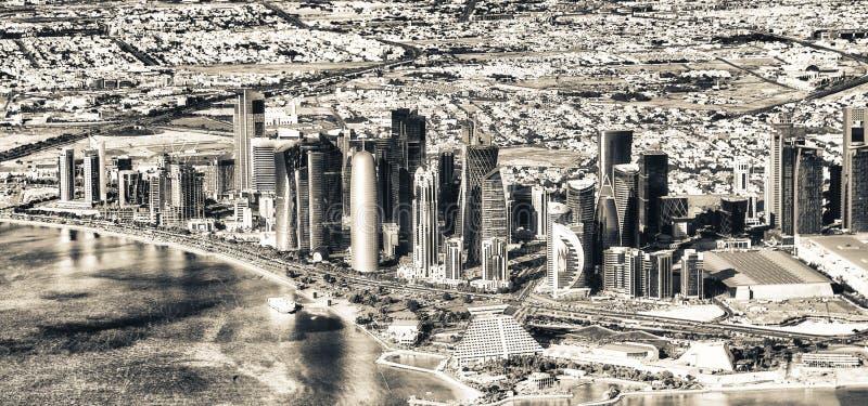 DOHA, QUATAR - 12 DE DICIEMBRE DE 2016: Horizonte aéreo de la ciudad de la a fotos de archivo