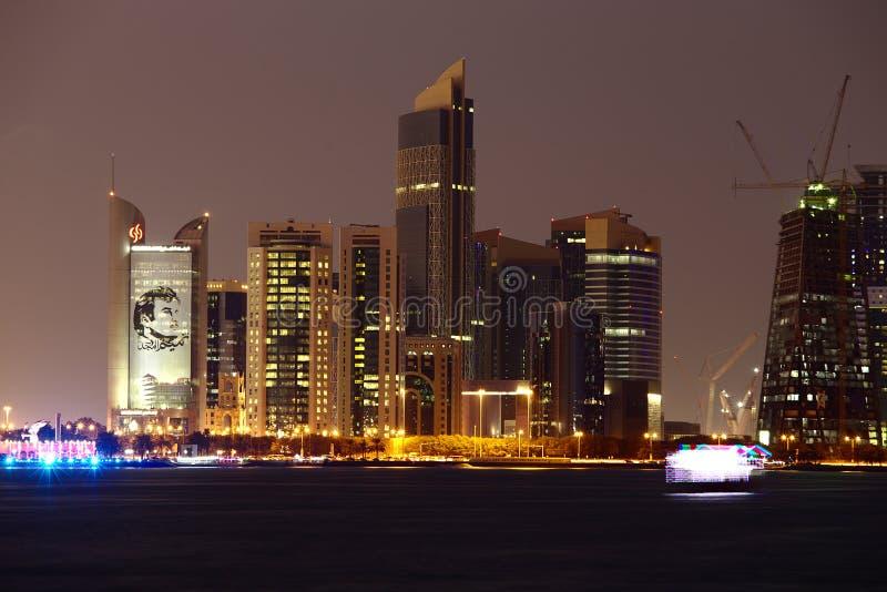 Doha skyskrapa med bilden av Emir Tamim av Qatar arkivfoton