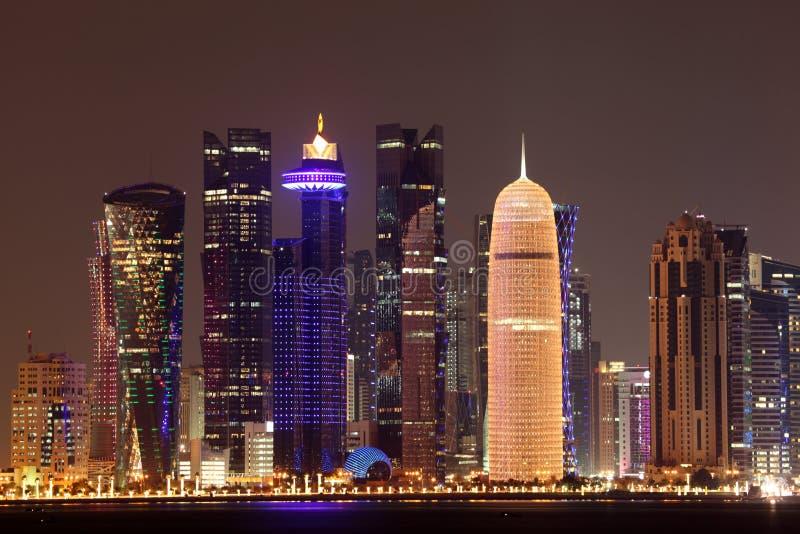 Doha w centrum linia horyzontu przy nocą obraz stock