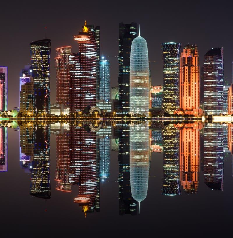 Dohahorizon bij nacht, Qatar, Midden-Oosten stock afbeelding