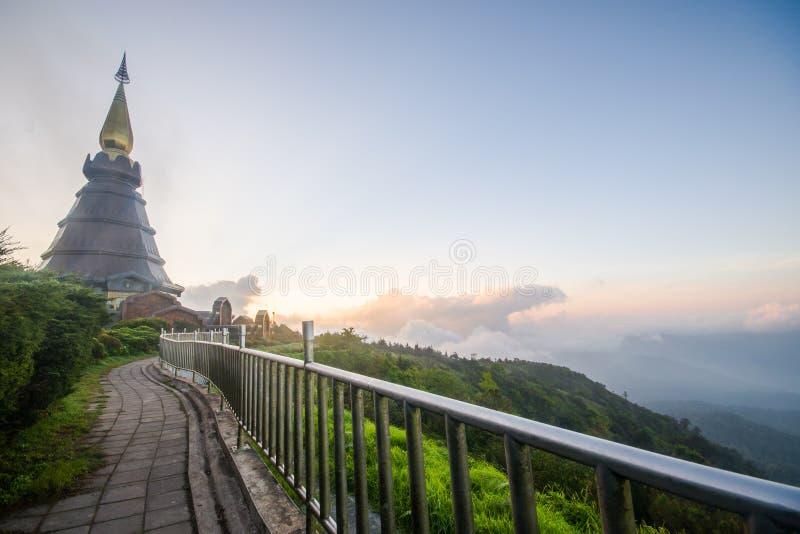Doi Inthanon und Morgennebel, Berg in Thailand lizenzfreie stockbilder