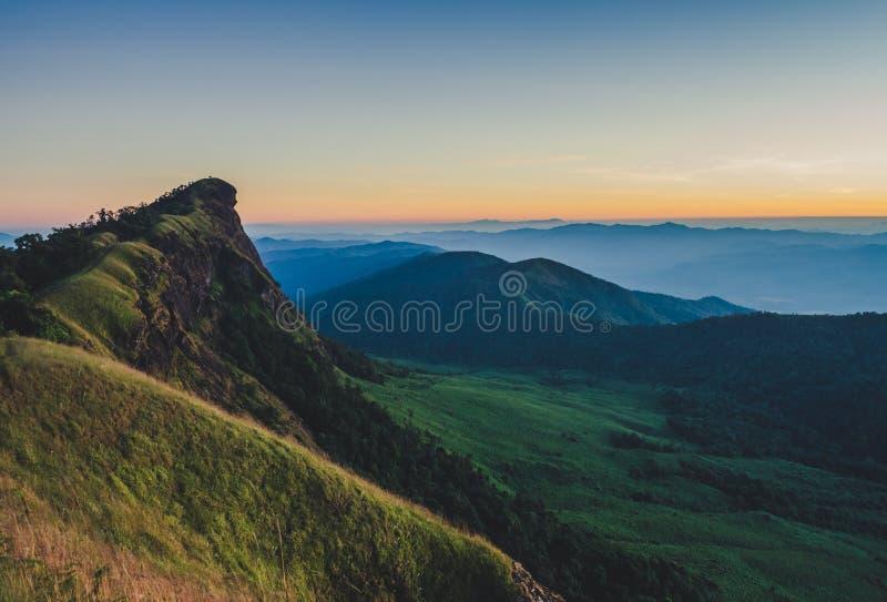 Doi Mon Jong heeft een mooi die landschap met bergketens wordt gevuld stock fotografie