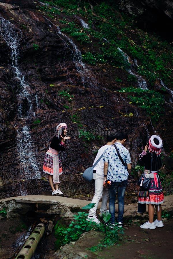 Doi Pui Tribal Village, Chiang Mai, Thailand, 12 16 18: Den asiatiska turisten klär upp i traditionella kläder av den Hmong stamm royaltyfria foton