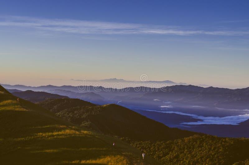 Doi segunda-feira Jong tem uma paisagem bonita enchida com as cordilheiras imagem de stock