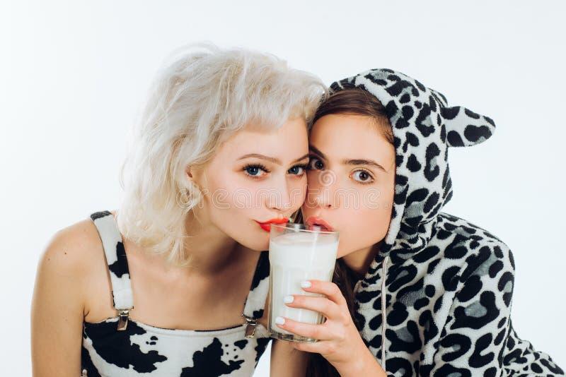 Doi tw?j diet? Urocze kobiety ma zdrow? diet? ?adne dziewczyny pije mleko wp?lnie na nabia? diecie r zdjęcie royalty free